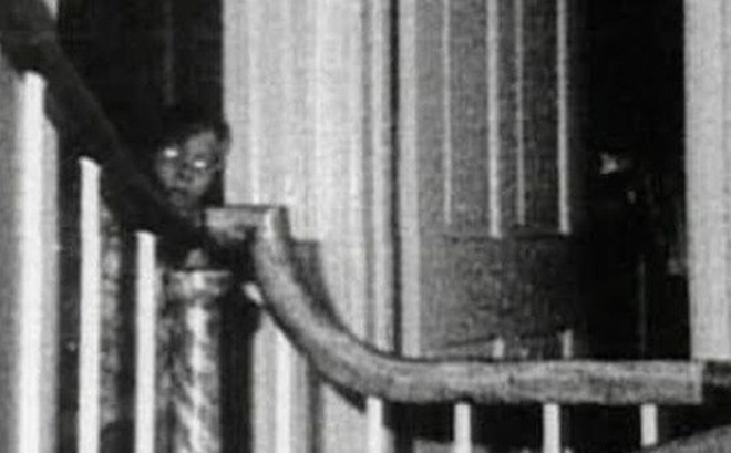 Bức ảnh chụp bé trai bí ẩn tại ngôi nhà từng xảy ra vụ thảm sát gia đình 6 người nổi tiếng nước Mỹ gây ám ảnh và tranh cãi dữ dội