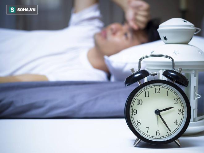 Cả ngày buồn ngủ nhưng đêm lại thao thức, tỉnh táo: BS chỉ ra nguyên nhân bạn cần thay đổi - Ảnh 2.