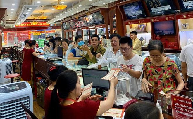 Giá vàng tăng 'điên loạn': Người xếp hàng chờ bán, kẻ vác bao tải tiền đi mua