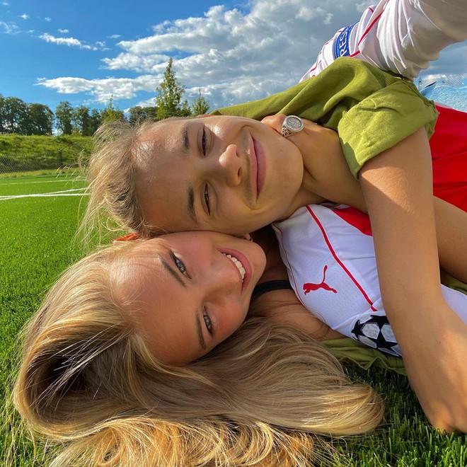 Bạn gái con trai David Beckham: Vừa tròn 18 tuổi, vẻ ngoài nóng bỏng cuốn hút - Ảnh 2.