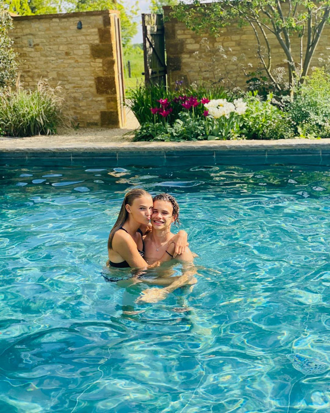 Bạn gái con trai David Beckham: Vừa tròn 18 tuổi, vẻ ngoài nóng bỏng cuốn hút - Ảnh 10.