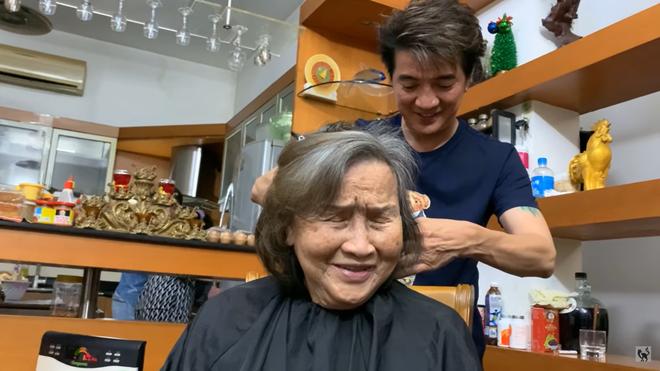 Được Đàm Vĩnh Hưng qua tận nhà cắt tóc, mẹ Hoài Linh nói câu xúc động - Ảnh 1.