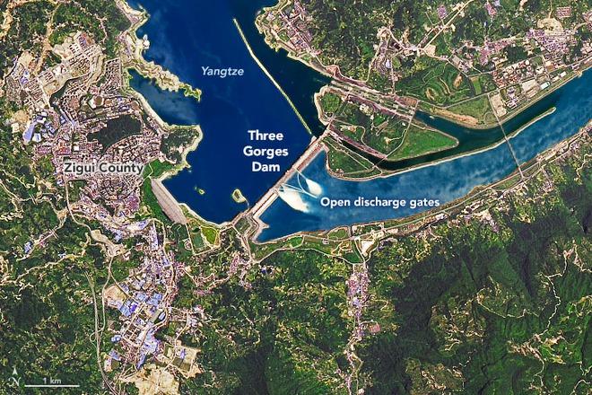 NASA tiết lộ ảnh vệ tinh hiếm chụp khoảnh khắc đập Tam Hiệp xả lũ - Ảnh 2.