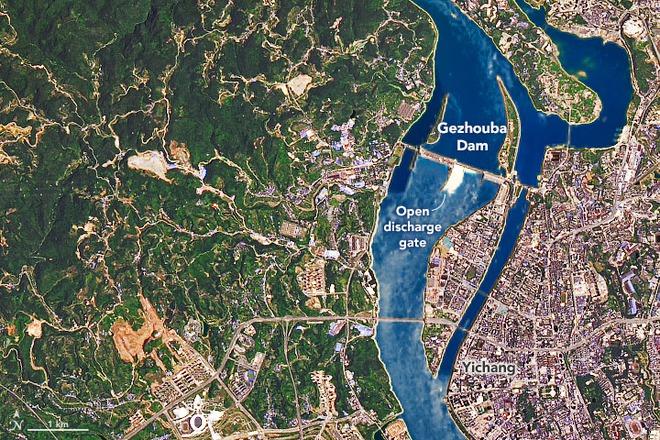NASA tiết lộ ảnh vệ tinh hiếm chụp khoảnh khắc đập Tam Hiệp xả lũ - Ảnh 3.