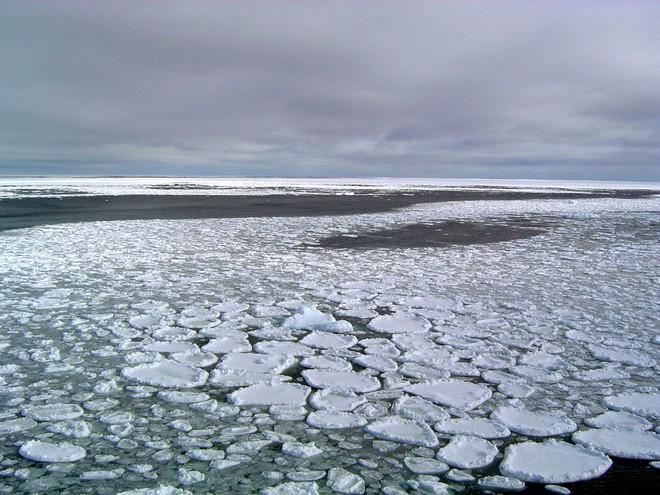 Khí độc đang rò rỉ dưới đáy đại dương: Dải màu trắng tuyệt đẹp lại mang dấu hiệu chết chóc - Ảnh 1.
