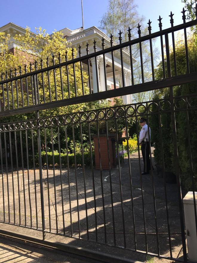 [ẢNH] Nhìn lại những lần giới chức Mỹ bị tố bẻ khóa, xông vào các tòa lãnh sự quán Nga tại Mỹ - Ảnh 5.