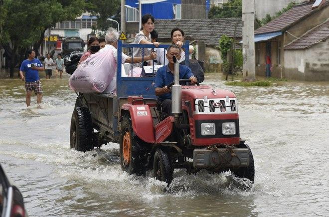Vỡ đê ở An Huy, Trung Quốc: Đời tôi chưa từng gặp trận lũ lớn thế này - Ảnh 1.