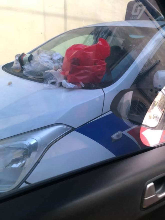 Đỗ xe trong ngõ gây cản trở, khi quay lại tài xế taxi tá hoá vì nhận hàng loạt túi quà lạ - Ảnh 2.