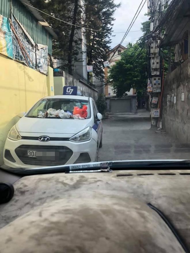 Đỗ xe trong ngõ gây cản trở, khi quay lại tài xế taxi tá hoá vì nhận hàng loạt túi quà lạ - Ảnh 1.