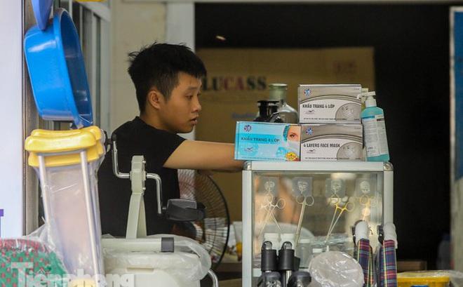 Phố thuốc lớn nhất Hà Nội thưa vắng trước 'lệnh' đeo khẩu trang nơi công cộng