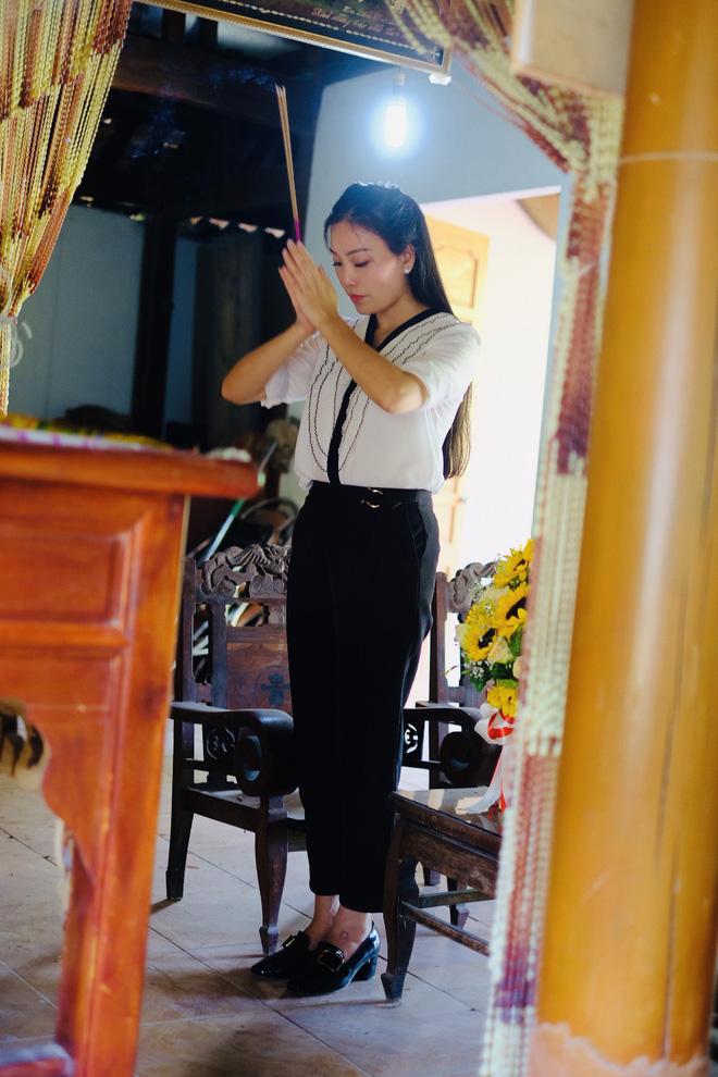 Huyền Trang Sao Mai về viếng nghĩ trang Đồng Lộc ngay sau khi phát hành MV - Ảnh 5.