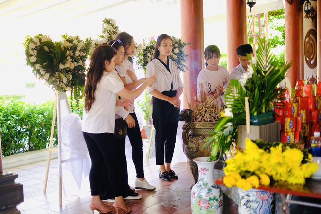 Huyền Trang Sao Mai về viếng nghĩ trang Đồng Lộc ngay sau khi phát hành MV - Ảnh 3.