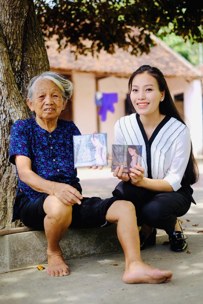 Huyền Trang Sao Mai về viếng nghĩ trang Đồng Lộc ngay sau khi phát hành MV - Ảnh 7.