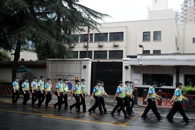 Căng thẳng Mỹ-Trung: Quốc kỳ Mỹ ở Lãnh sự quán Thành Đô đã bị hạ xuống - Ảnh 2.