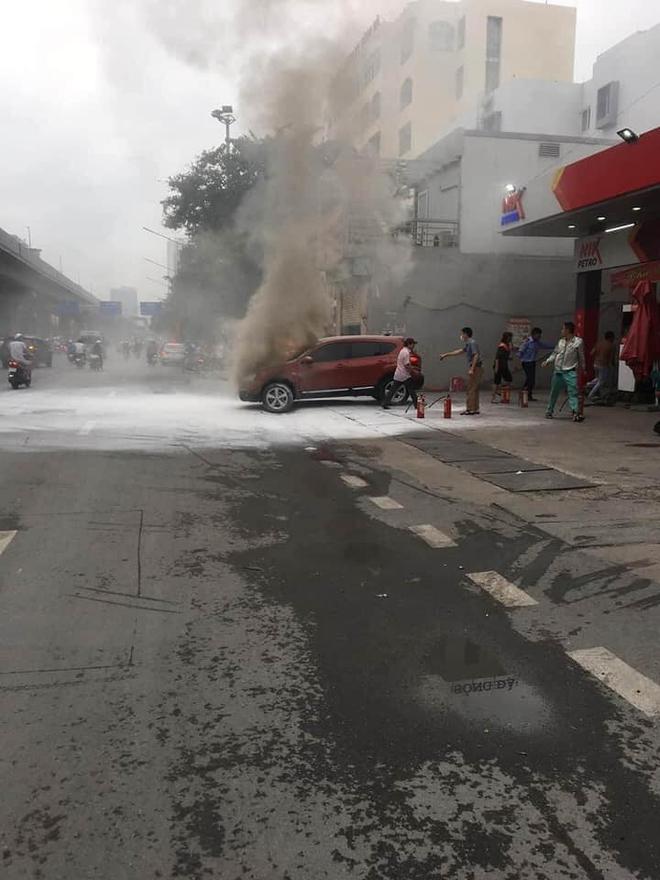 Clip: Ô tô bốc cháy dữ dội ngay trước trạm xăng ở Hà Nội, nguyên nhân khiến tất cả tò mò  - Ảnh 1.