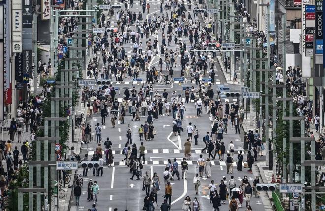 24h qua ảnh: Người Nhật Bản đi kín đường giữa dịch Covid-19 - Ảnh 2.