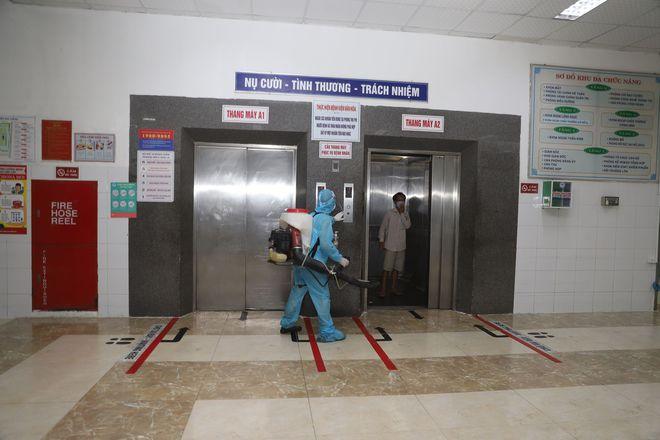 Quân đội phun hoá chất toàn bộ 2 bệnh viện ở Đà Nẵng đang bị cách ly, phong tỏa vì Covid-19 - Ảnh 9.