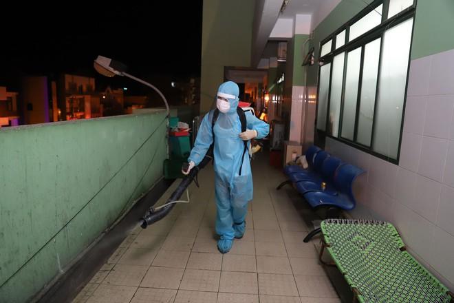 Quân đội phun hoá chất toàn bộ 2 bệnh viện ở Đà Nẵng đang bị cách ly, phong tỏa vì Covid-19 - Ảnh 8.
