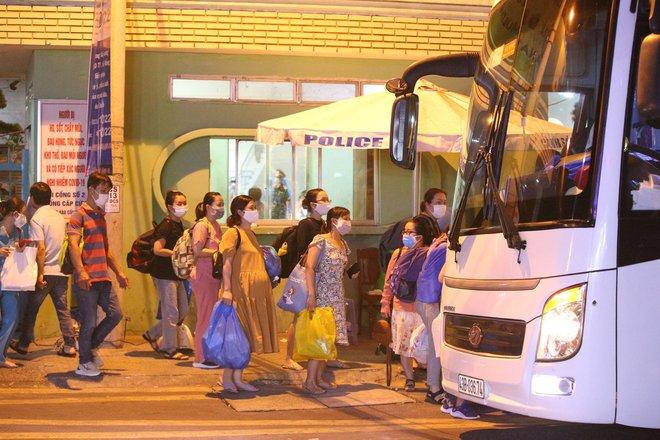 Quân đội phun hoá chất toàn bộ 2 bệnh viện ở Đà Nẵng đang bị cách ly, phong tỏa vì Covid-19 - Ảnh 10.
