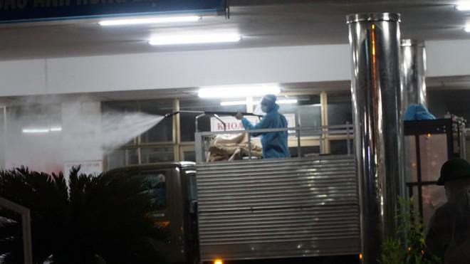 Quân đội phun hoá chất toàn bộ 2 bệnh viện ở Đà Nẵng đang bị cách ly, phong tỏa vì Covid-19 - Ảnh 7.