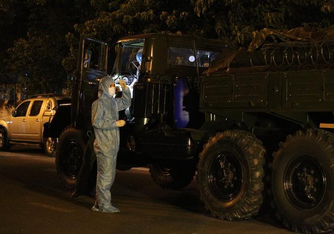 Quân đội phun hoá chất toàn bộ 2 bệnh viện ở Đà Nẵng đang bị cách ly, phong tỏa vì Covid-19 - Ảnh 1.