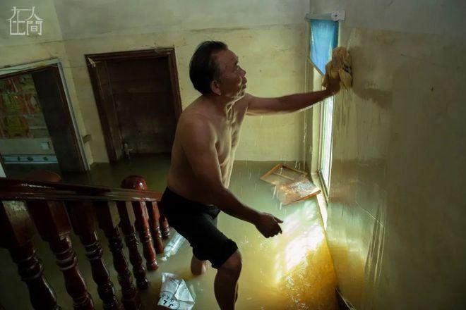 Người Trung Quốc giữa mênh mông sóng nước: Chống lũ, chống dịch bệnh, chống kẻ cắp - Ảnh 2.