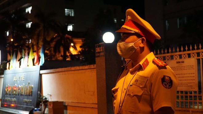 Quân đội phun hoá chất toàn bộ 2 bệnh viện ở Đà Nẵng đang bị cách ly, phong tỏa vì Covid-19 - Ảnh 2.