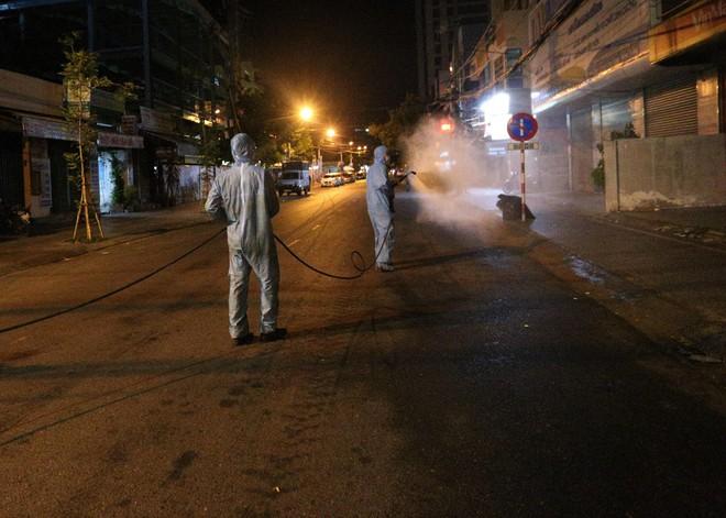 Quân đội phun hoá chất toàn bộ 2 bệnh viện ở Đà Nẵng đang bị cách ly, phong tỏa vì Covid-19 - Ảnh 6.