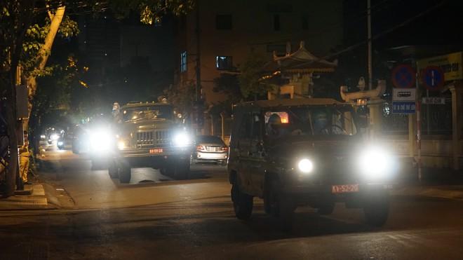 Quân đội phun hoá chất toàn bộ 2 bệnh viện ở Đà Nẵng đang bị cách ly, phong tỏa vì Covid-19 - Ảnh 4.