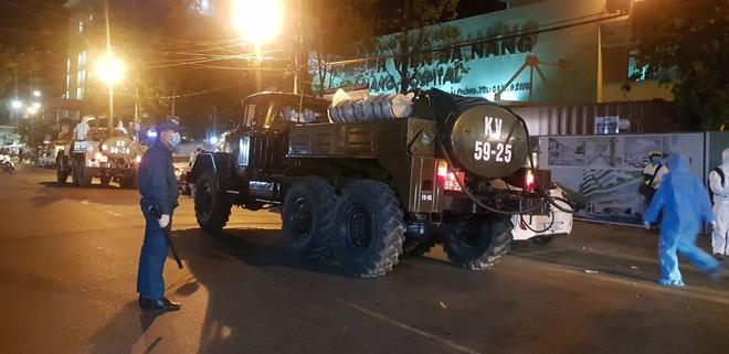 Quân đội phun hoá chất toàn bộ 2 bệnh viện ở Đà Nẵng đang bị cách ly, phong tỏa vì Covid-19 - Ảnh 3.