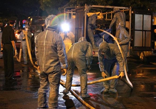 Quân đội phun hoá chất toàn bộ 2 bệnh viện ở Đà Nẵng đang bị cách ly, phong tỏa vì Covid-19 - Ảnh 5.