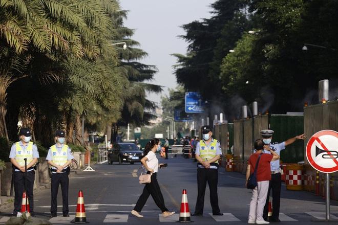 Những hình ảnh cuối tại lãnh sự quán Mỹ ở Thành Đô trước khi cờ Mỹ bị hạ xuống - Ảnh 2.