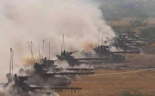 Xe tăng T-90 QĐ Ấn Độ dồn dập lên biên giới, sẵn sàng đối đầu 50.000 binh lính Trung Quốc