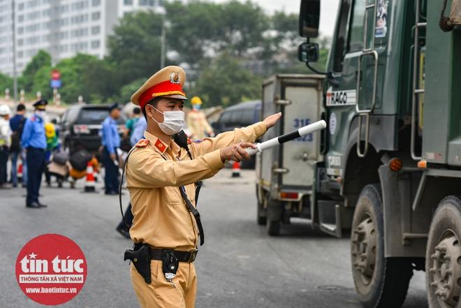 Cầu Thăng Long trong ngày đầu cấm lưu thông - Ảnh 2.