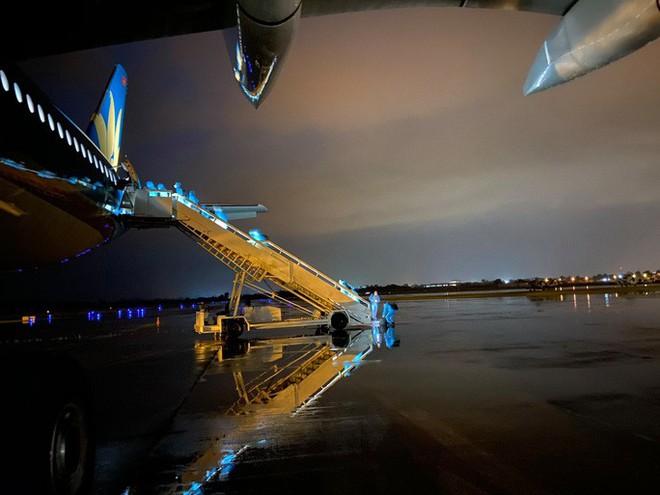 Clip: Chuyến bay đón 129 bệnh nhân Covid-19 từ Guinea Xích đạo hạ cánh an toàn - Ảnh 2.