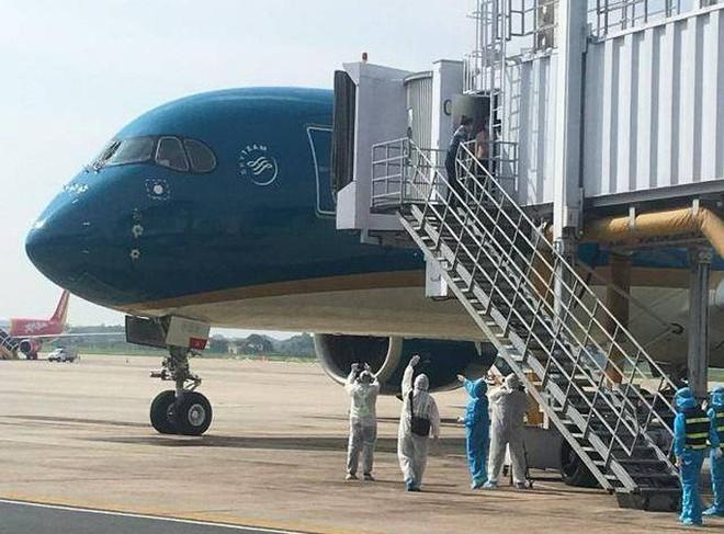 Clip: Chuyến bay đón 129 bệnh nhân Covid-19 từ Guinea Xích đạo hạ cánh an toàn - Ảnh 7.