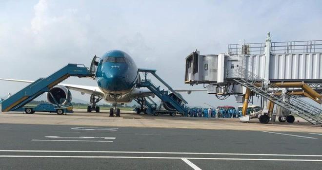 Clip: Chuyến bay đón 129 bệnh nhân Covid-19 từ Guinea Xích đạo hạ cánh an toàn - Ảnh 12.