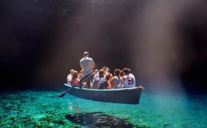 Không hề có sự can thiệp của Photoshop, tại sao con thuyền này có thể 'lơ lửng trên không'?