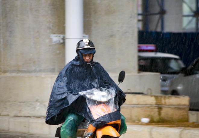 Video: Hà Nội đón cơn mưa vàng ngắn ngủi giải nhiệt sau nhiều ngày nắng nóng - Ảnh 4.