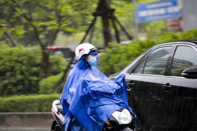 Video: Hà Nội đón cơn mưa vàng ngắn ngủi giải nhiệt sau nhiều ngày nắng nóng - Ảnh 8.