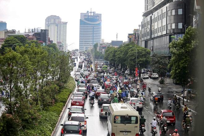 Video: Hà Nội đón cơn mưa vàng ngắn ngủi giải nhiệt sau nhiều ngày nắng nóng - Ảnh 5.