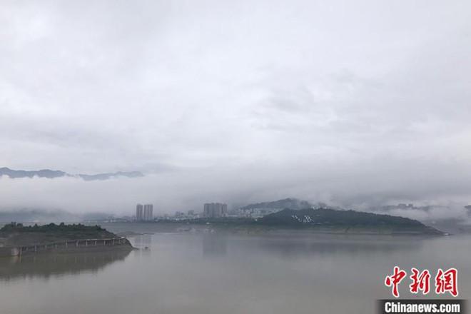 Nước dâng đáng sợ tại đập Tam Hiệp, Trung Quốc cấp báo Hồng thủy Số 1 trên Trường Giang - Ảnh 1.