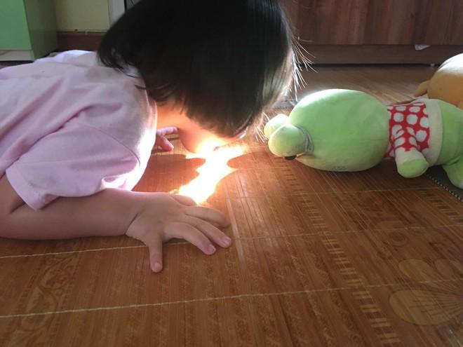 Em bé nếm mùi vị của nắng - bức ảnh xinh xắn cực dễ thương khiến bố mẹ nào cũng muốn đẻ con gái ngay lập tức - Ảnh 2.