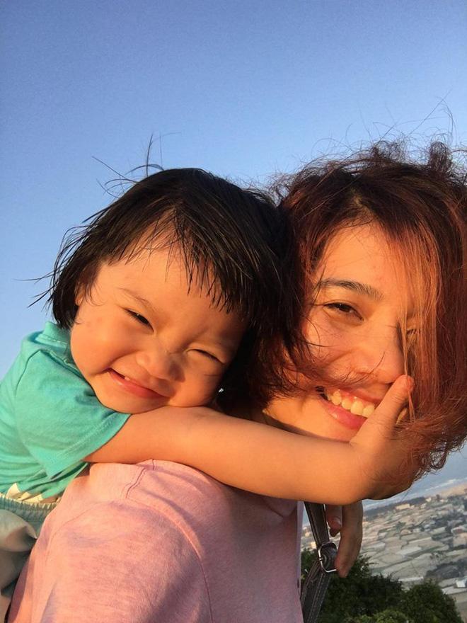 Em bé nếm mùi vị của nắng - bức ảnh xinh xắn cực dễ thương khiến bố mẹ nào cũng muốn đẻ con gái ngay lập tức - Ảnh 3.