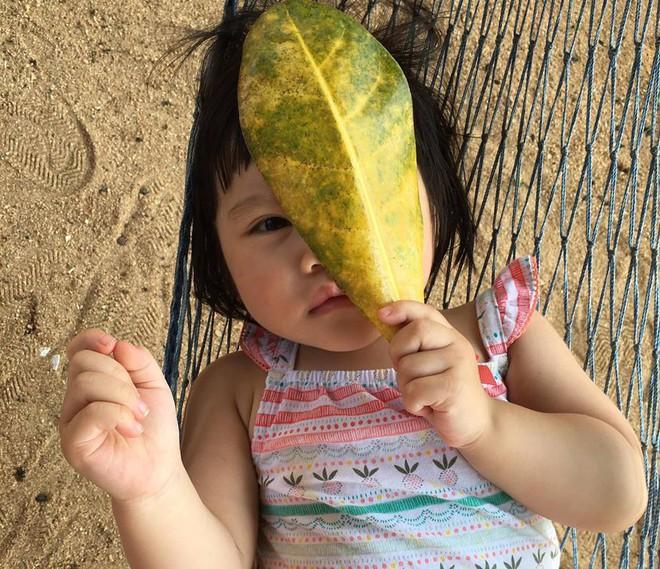 Em bé nếm mùi vị của nắng - bức ảnh xinh xắn cực dễ thương khiến bố mẹ nào cũng muốn đẻ con gái ngay lập tức - Ảnh 6.