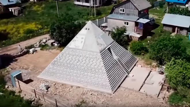 Choáng với công trình đại kim tự tháp Giza ngay trong vườn nhà - Ảnh 1.