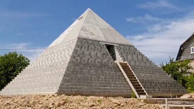 Choáng với công trình đại kim tự tháp Giza ngay trong vườn nhà - Ảnh 2.