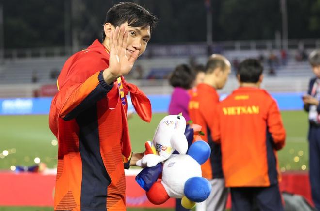 Có tấm thẻ vàng cùng 4 phút vào sân chống lưng, Văn Hậu sẽ ở lại sau món quà từ CLB Hà Nội - Ảnh 4.