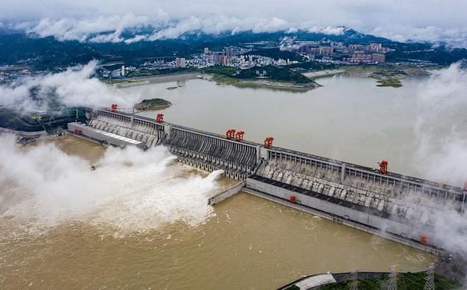 """Nước dâng đáng sợ tại đập Tam Hiệp, Trung Quốc cấp báo """"Hồng thủy Số 1"""" trên Trường Giang"""