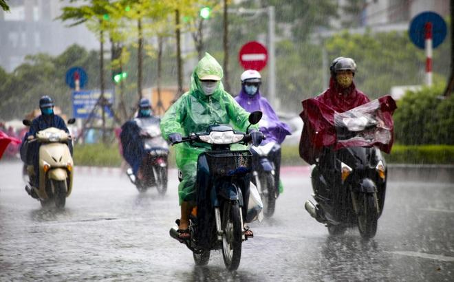 """Video: Hà Nội đón """"cơn mưa vàng"""" ngắn ngủi giải nhiệt sau nhiều ngày nắng nóng"""